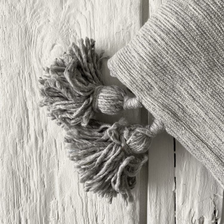 Pompom deken grijs small