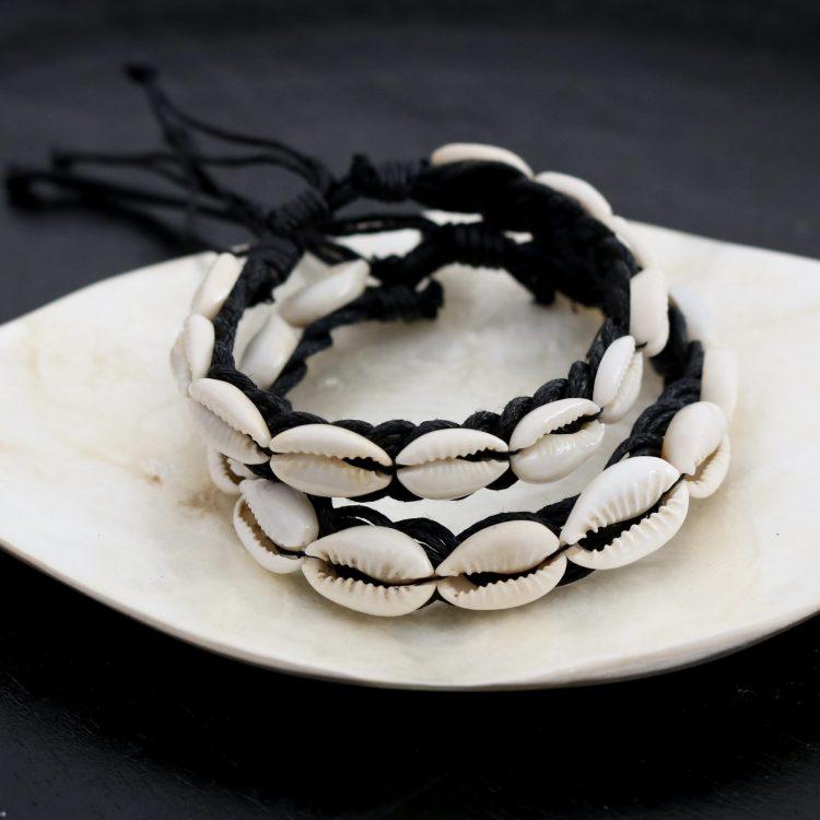Kauri schelpen armbandje zwart